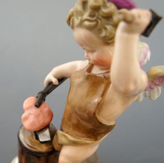 陶磁器「色絵アモル像「鍛冶屋」」