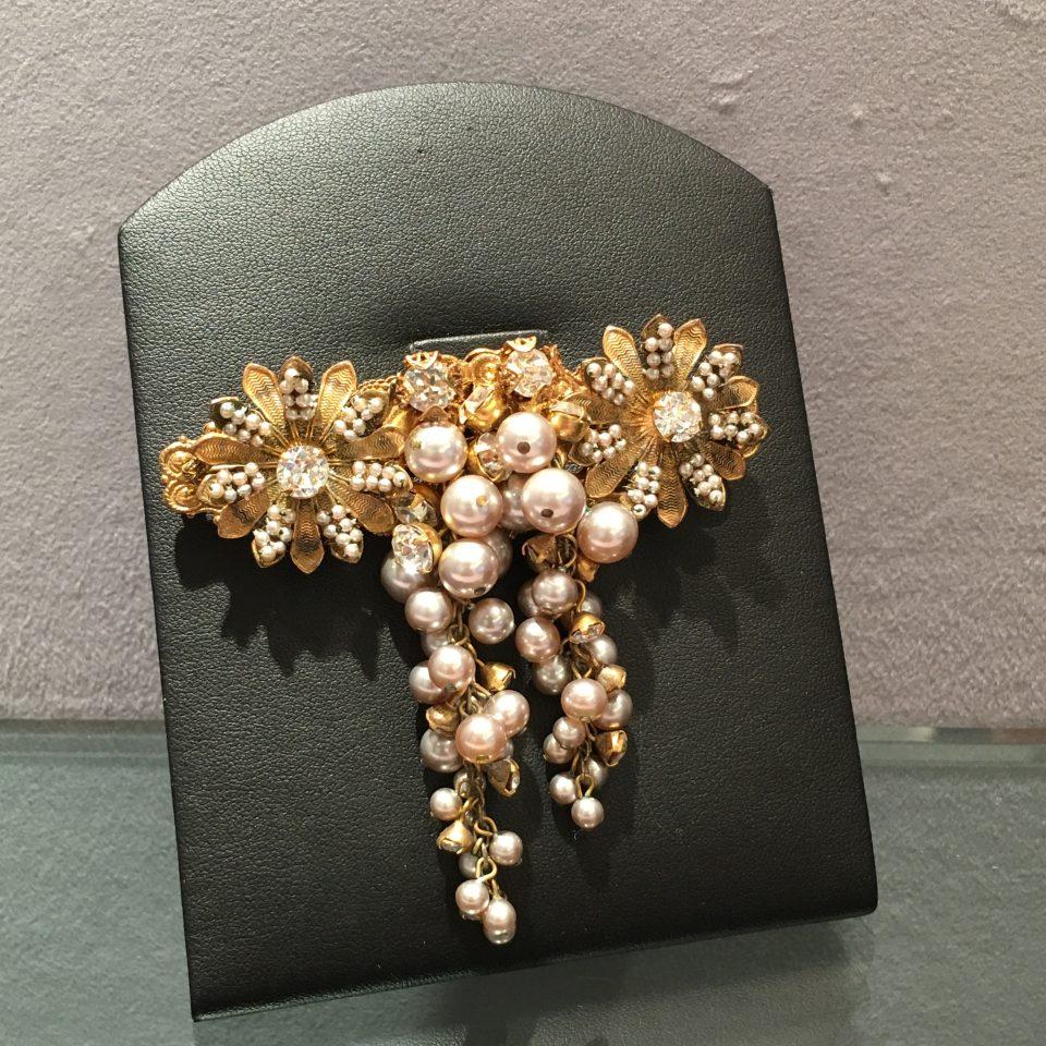 コスチュームジュエリー「花型フリンジブローチ」