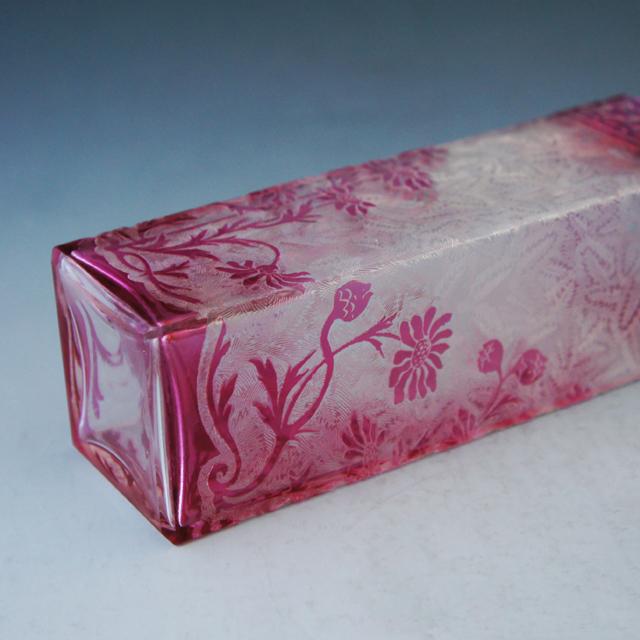 装飾ガラス「花文様 赤色ガラス 角型花瓶」