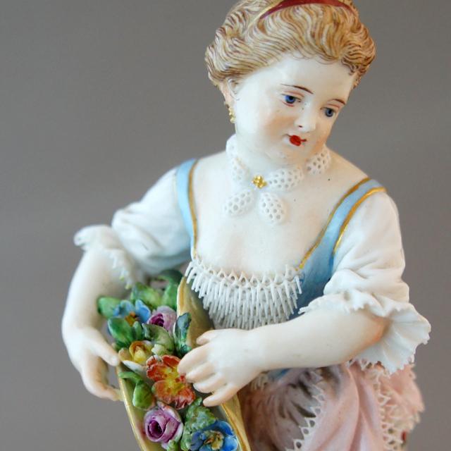 陶磁器「花かごを持つ少女」