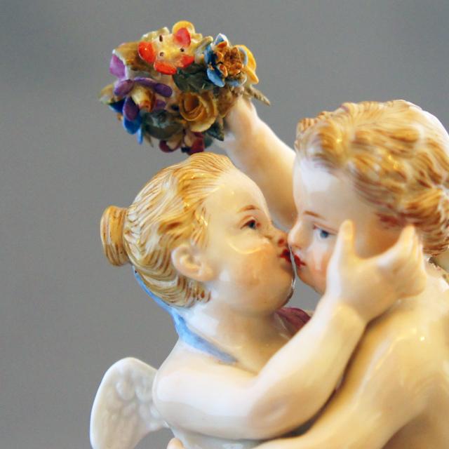 陶磁器「天使人形「愛の寓意」- 天使のキス –」