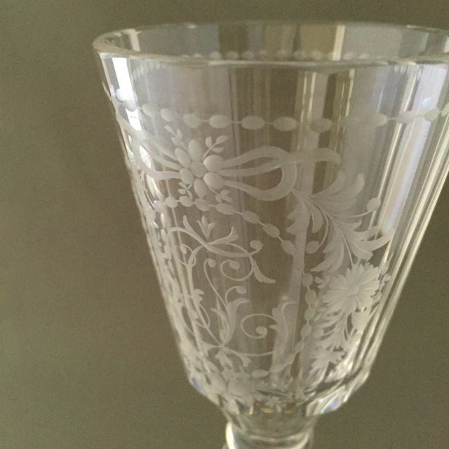 グラスウェア「グラヴィール装飾 ワイングラス 高さ15.5cm」