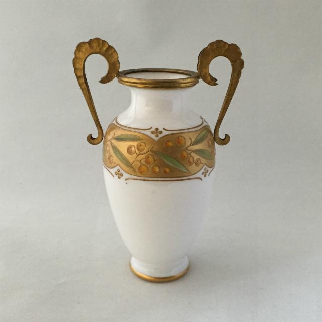 装飾ガラス「ミルクガラス 葉文様 小花瓶 高さ12.5cm」