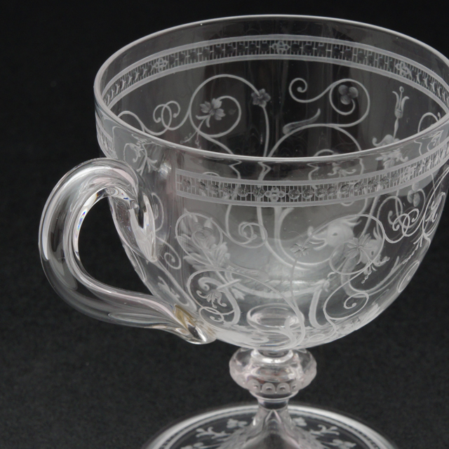 グラスウェア「1878年パリ万博出品 グリフォン文 グラヴィール装飾 ワイングラス(ハンドル付)高さ9cm」