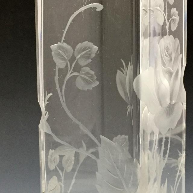 グラスウェア「カット装飾 薔薇文様 角形花瓶」